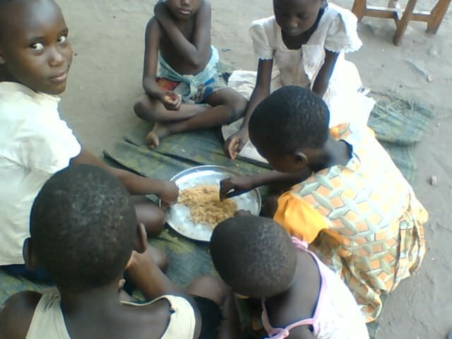 crazylister-orphans-eating-rice